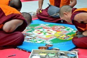 Monaci tibetani impegnati nel disegno del mandala di sabbia, Padova, 2016. Fotografia dell'autore